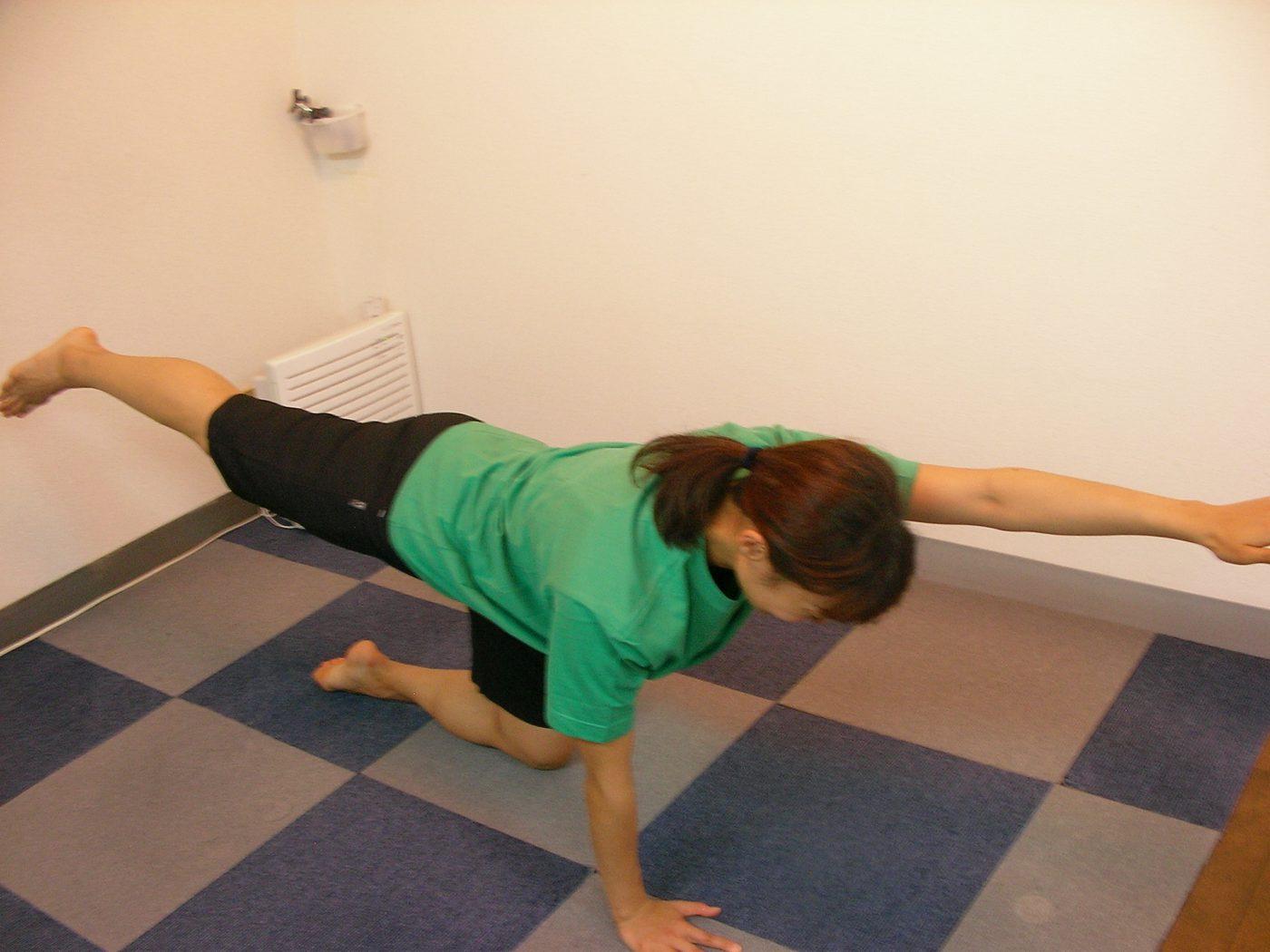 新潟整体工房時代のストレッチモデルが体幹トレーニングしています